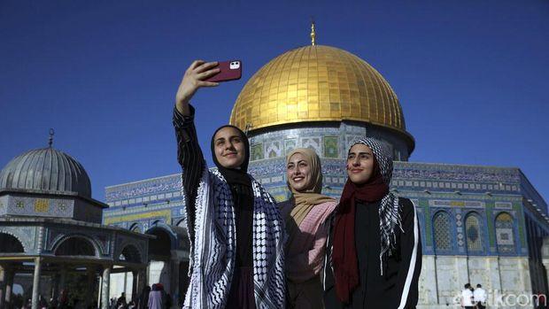 Ribuan umat muslim Palestina pagi ini waktu setempat, merayakan Hari Raya Idul Fitri di Masjid Al-Aqsa, Yerusalem, Kamis (13/5/2021). Mereka menggelar salat Id berjamaah di masjid tersebut.