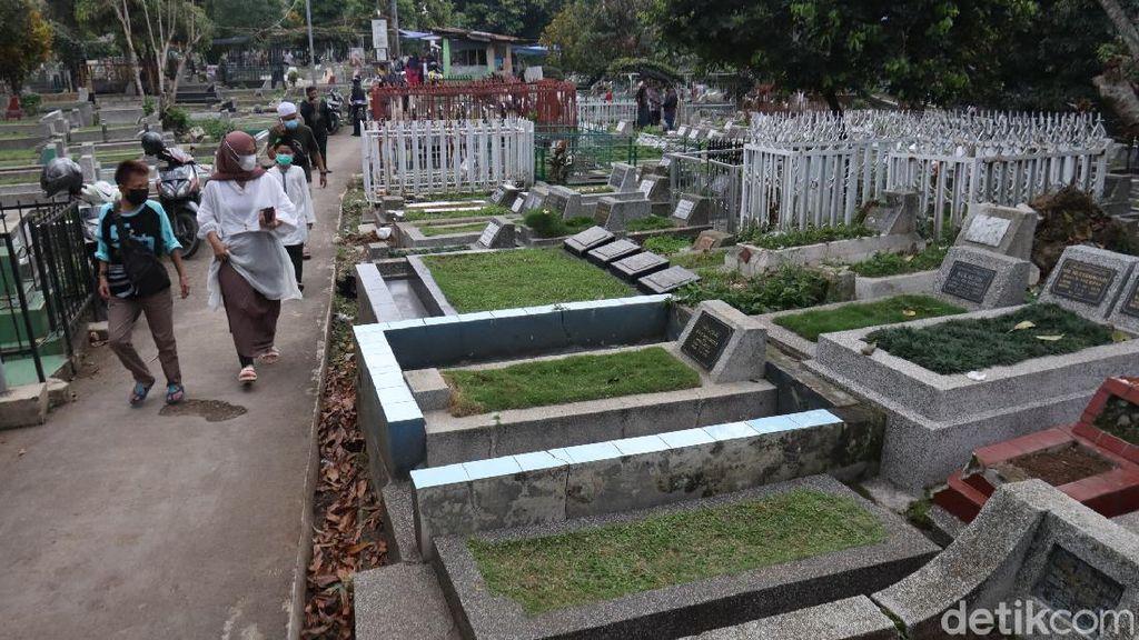 Meski Ditutup, Warga Tetap Berziarah ke TPU Sirnaraga Bandung