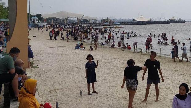 31 Ribu Pengunjung Padati Ancol, Akses ke Pantai Dibatasi (Foto: Adhyasta Dirgantara/detikcom)