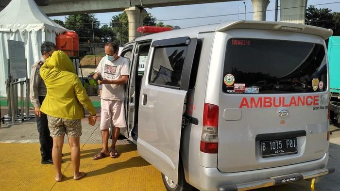 Ambulans yang disebut polisi untuk warga jalan-jalan (Dok. Polisi).