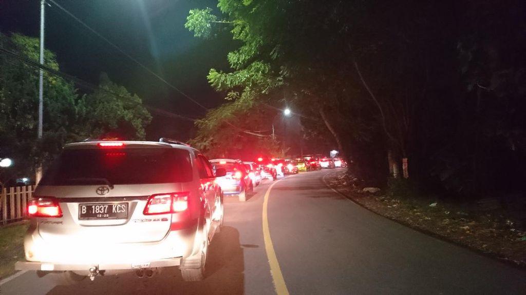 Arus Lalin Kendaraan dari Pantai Anyer ke Cilegon Padat Malam Ini