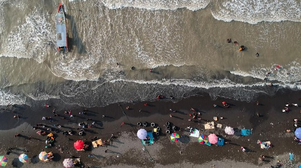 Pemerintah Kota Tegal pada libur Lebaran, tetap membuka wisata Pantai Utara tersebut dari pukul 06.00 hingga 15.00 WIB dengan kapasitas hanya 30 persen dari 5.000 menjadi 1.500 pengunjung. ANTARA FOTO/Oky Lukmansyah.