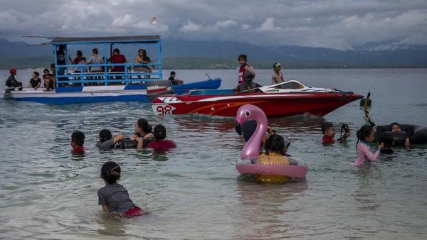 Warga yang tidak bisa mudik di wilayah itu mengisi libur Lebaran dengan berwisata ke pantai berpasir putih tersebut. ANTARAFOTO/Basri Marzuki.