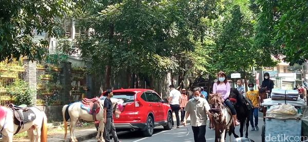 Tarif yang dipatok oleh penyedia jasa cukup bersahabat. Untuk satu putaran mengelilingi taman Cilaki berjarak sekitar 500 meter dipatok Rp 20 ribu.