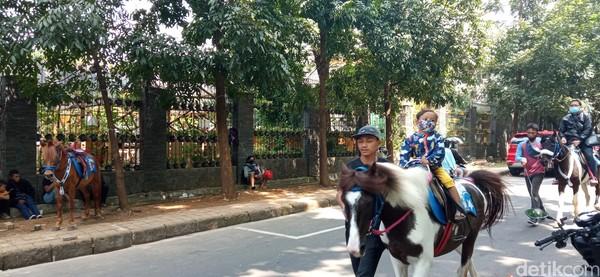 Beberapa kuda juga ada yang sudah ditunggangi oleh pengunjung berusia balita hingga anak-anak.