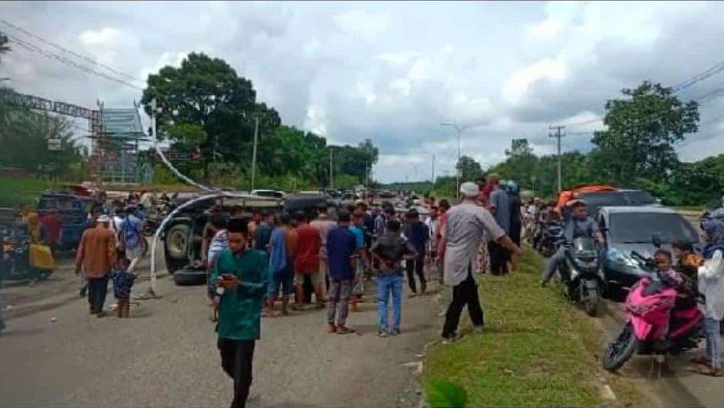 Diduga Sopir Ngantuk, Mobil Eks Bupati Bungo Jambi Terguling
