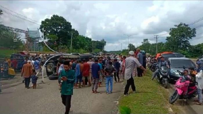 Diduga Sopir Ngantuk, Mobil Eks Bupati Bungo Jambi Terguling (Foto: Istimewa)