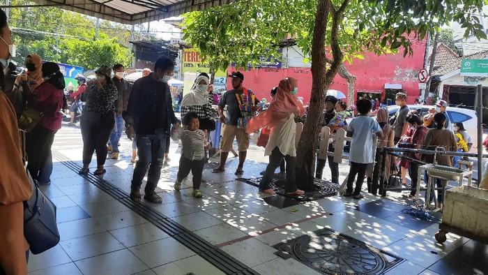 Hari kedua Lebaran 2021, tempat wisata Kebun Binatang Surabaya (KBS) mulai diserbu pengunjung. Meski panas terik, tak menyurutkan semangat pengunjung untuk mendatangi tempat wisata favorit warga.