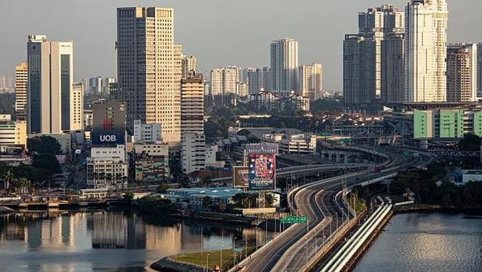 Singapura umumkan penerapan pembatasan ketat akan mulai berlaku pada Minggu (16/5) mendatang. Warga pun ramai-ramai berbelanja kebutuhan pokok jelang lokcdown.