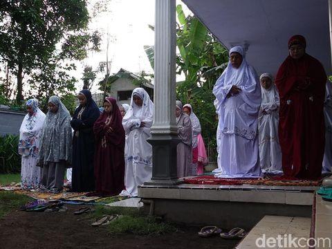 Umat Muslim Tanah Air menggelar salat id pada Kamis (13/5). Namun ratusan jemaah Aboge baru menggelar salat id hari ini.