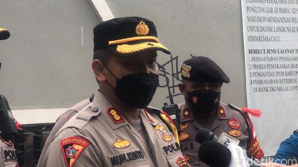Polisi Harap Warga Maklumi Peniadaan Ziarah di TPU Tegal Alur Jakbar