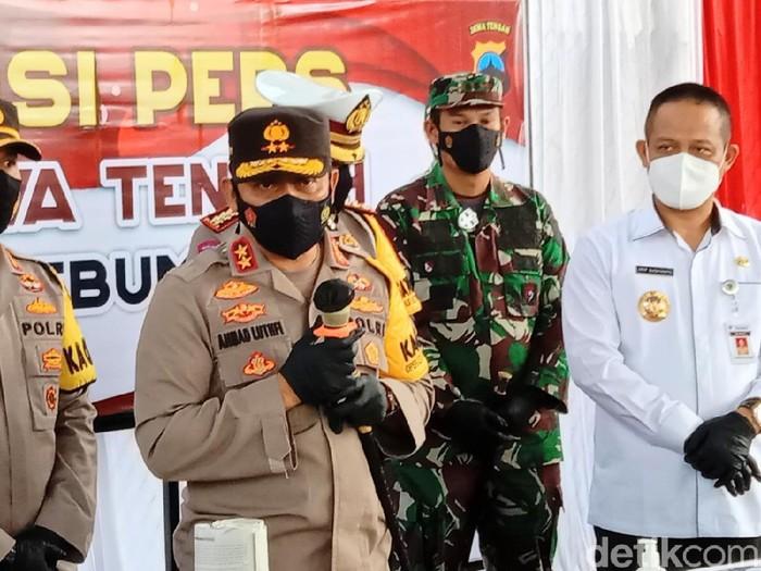 Kapolda Jateng Irjen Ahmad Luthfi di TKP ledakan petasan maut dan Mapolres Kebumen, Jumat (14/5/2021).