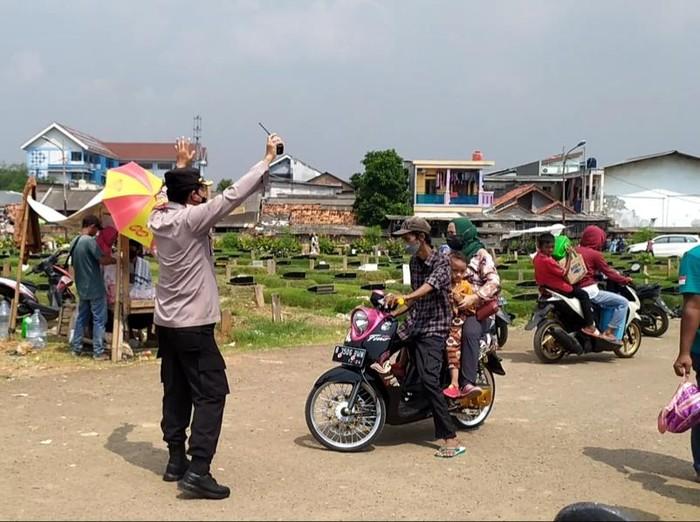 Kapolsek Kalideres Kompol Slamet Riyadi turun langsung membubarkan peziarah yang datang ke TPU Tegal Alur, Jakarta Barat (Jakbar).
