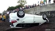 Mobil Wisatawan Nyungsep hingga Terbalik di Pinggir Pantai Banyuwangi