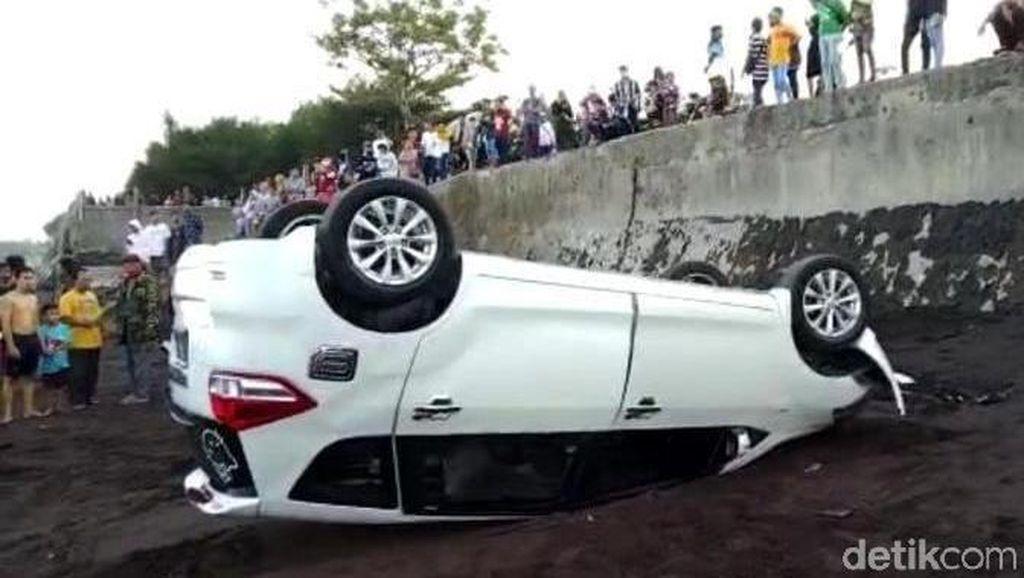 Mobil Wisatawan di Banyuwangi Nyungsep hingga Terbalik Pinggir Pantai