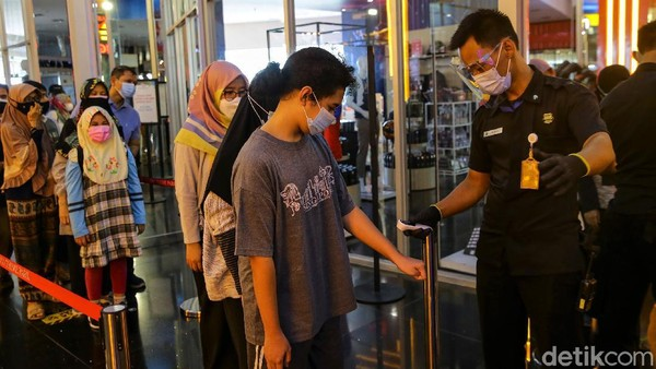Guna mengantisipasi penyebaran virus Corona, sebelum memasuki area Trans Studio Cibubur, pengunjung pun akan terlebih dahulu diperiksa suhu tubuh.