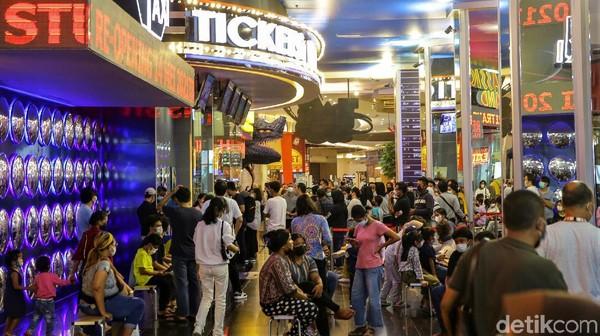 Trans Studio Cibubur kembali dibuka hari ini, Jumat (14/5/2021). Pengunjung pun berdatangan ke Trans Studio Cibubur untuk menjajal beragam wahan permainan indoor di sana.