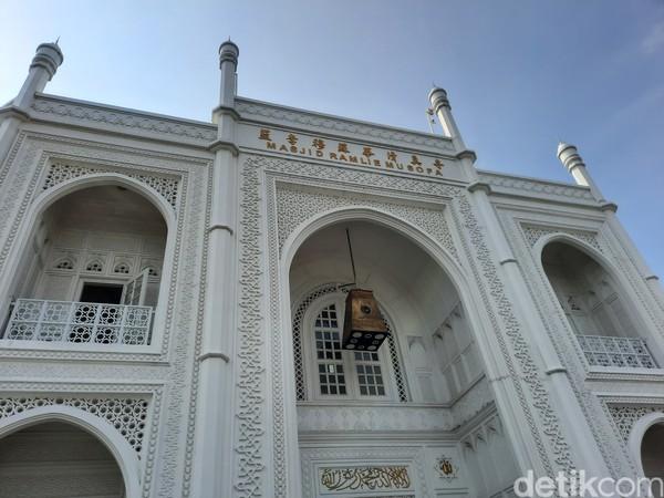 Traveler yang ingin wisata religi saat Lebaran 2021 bisa nih datang ke Masjid Ramlie Musofa. Selain untuk ibadah, masjid ini juga dikagumi karena arsitekturnya.