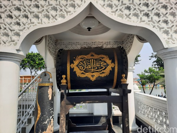 Ramli Rasidin yang merupakan seorang mualaf. Ia juga ingin agar umat atau wisatawan asing yang datang ke sana dapat lebih mudah memahami ajaran Islam.