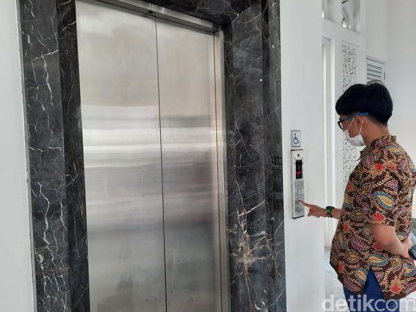 Dari segi fasilitas, masjid ini terbilang mewah. Masjid yang terdiri atas 3 lantai itu dilengkapi lift yang dapat digunakan para difabel.