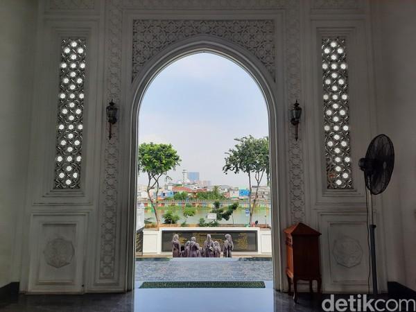 Desain bangunan ini memang terinspirasi dari kisah pembangunan monumen Taj Mahal.