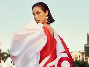 Pakai Jubah Merah-Putih, Gaya Miss Universe Singapura 2020 Jadi Sorotan