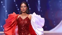 7 Gaya Seksi Wakil Singapura di Miss Universe 2020, Berjubah Merah-Putih