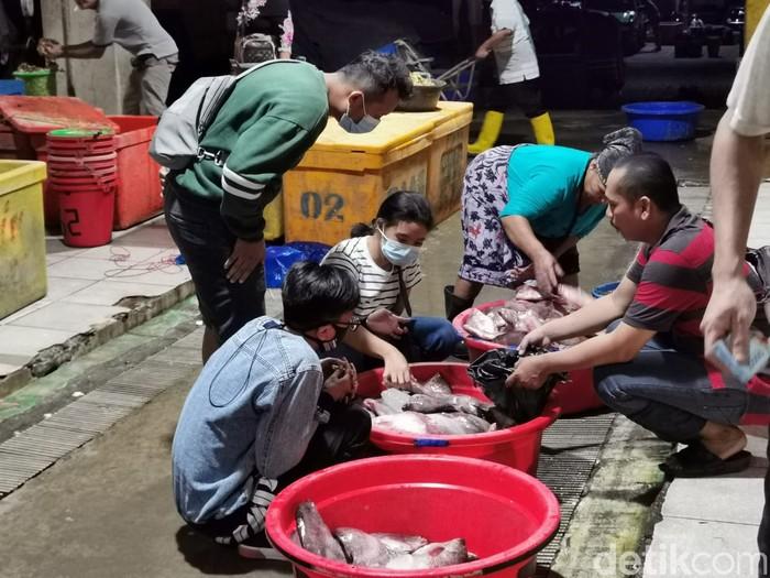Suasana Pasar Ikan Muara Baru di Malam Lebaran