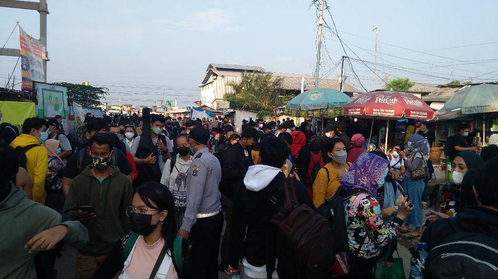 Pelabuhan Kali Adem Dipadati Warga yang Akan Liburan ke Kepulauan Seribu