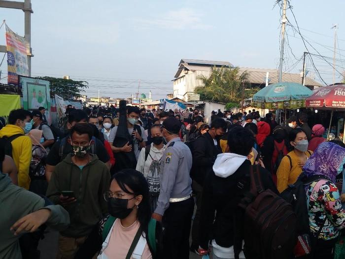 Pelabuhan Kali Adem, Muara Angke disesaki warga hendak ke Kepulauan Seribu