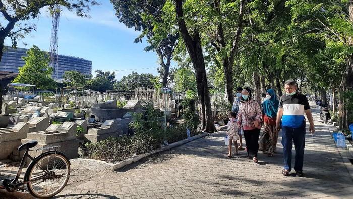 Pemkot Surabaya tidak melarang warganya berziarah Tempat Pemakaman Umum (TPU), baik sebelum atau sesudah lebaran. Meski begitu TPU di Kota Pahlawan masih sepi peziarah hingga hari lebaran kedua.