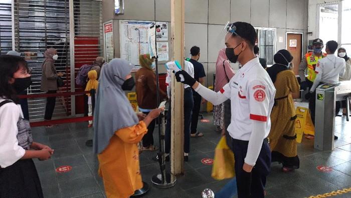 Penerapan protokol kesehatan di pintu masuk Stasiun Manggarai