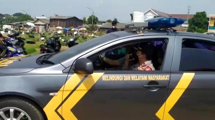 Polisi bubarkan peziarah di TPU Tegal Alur Jakbar