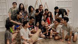 Viral Foto Keluarga Anti Mainstream, Pakai Baju Robek dan Daster