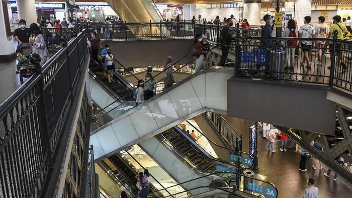 Mal atau pusat perbelanjaan ramai dikunjugi warga Jakarta di kala libur Lebaran. Tak sedikit warga yang datang ke mal bersama anggota keluarga di momen Lebaran.