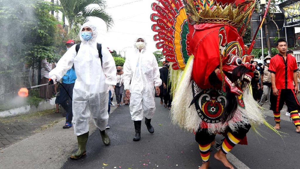 Ritual Barong Ider Bumi Kemiren Banyuwangi Dikawal Satgas dan Petugas Ber-APD