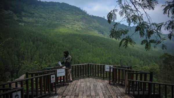 Seorang petugas sedang membersihkan salah satu wahana di wisata The Lodge Maribaya, Kabupaten Bandung Barat, Jawa Barat, Jumat (14/5/2021).