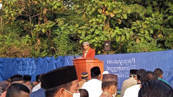 Ustaz Juriono (57) wafat saat menjadi imam dan khatib salat Idul Fitri di Klaten. Tak hanya dikenal sebagai pendakwah, Ustaz Juriono juga dijuluki profesor.