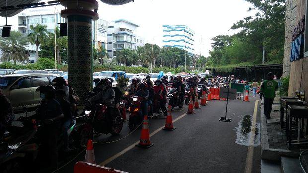 Suasana di pintu gerbang Taman Impian Jaya Ancol pada Jumat, 14 Mei 2021, sore.
