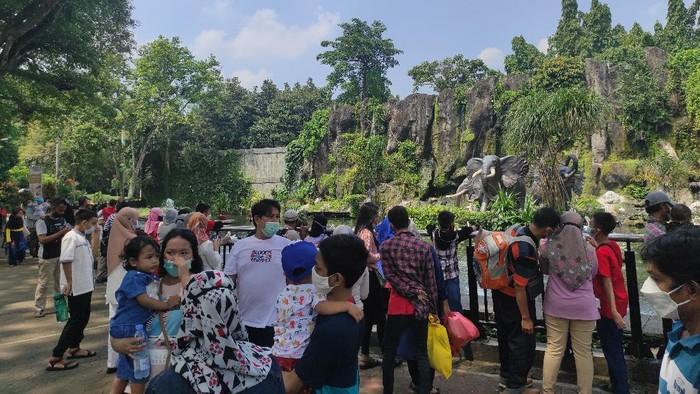Suasana di Taman Margasatwa Ragunan pada hari kedua Lebaran