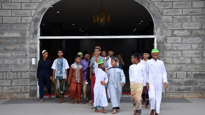 Dua santriwati berjalan menuju masjid di Pondok Pesantren Nuu Waar.