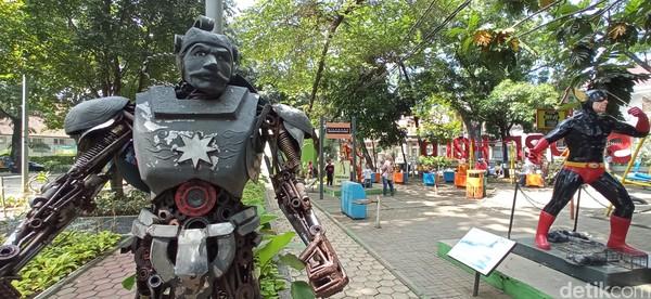 Bukan hanya itu, di taman ini berdiri deretan patung superhero baik luar maupun dalam negeri semisal patung Gundala Putra Petir, Gatot Kaca, Iron Man, Batman hingga Superman.