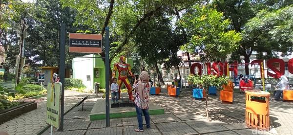 Deretan patungdi Taman Superherotak luput dari serbuan pengunjung untuk berfoto.