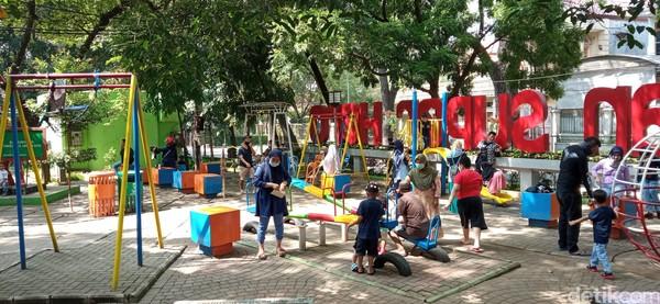 Anak-anak yang datang ke taman tersebut tampak riang berlarian dan bermain aneka wahana permainan yang ada di taman tersebut.