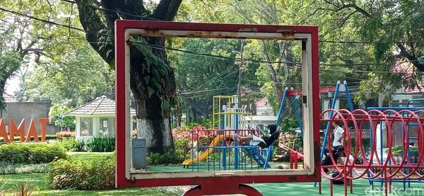 Sementara itu, di taman lain, seperti Taman Foto, kondisinya tak jauh berbeda. bahkan, pengunjung di Taman Foto lebih sepi dibanding Taman Superhero.