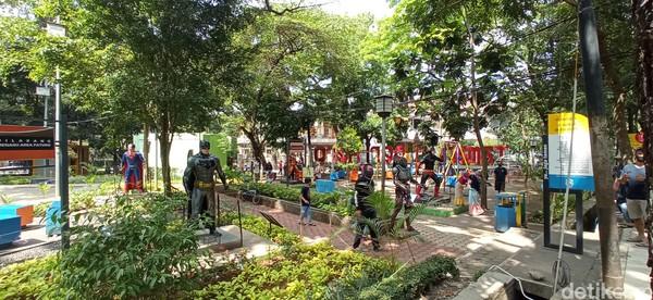 Salah seorang pengunjung, Abdurahman (32), mengaku sengaja datang ke taman Superhero untuk mengajak dua anak dan tiga keponakannya. Warga Sukapura, Kiaracondong ini memilih taman kota lantaran tak perlu bayar.