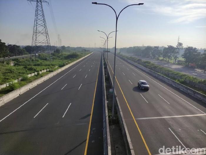 Masa larangan mudik akan berlaku hingga 17 Mei mendatang. Sehingga di hari kedua Lebaran ini, jalan tol dari arah Surabaya ke Malang atau sebaliknya tampak lengang.