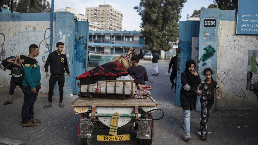 Warga Palestina Mengungsi Usai Gaza Digempur Israel