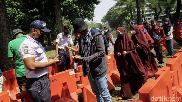 Azis menyebut ada 355 personel gabungan yang dikerahkan untuk patroli di Ragunan. Petugas gabungan itu akan terus memberikan imbauan kepada para pengunjung untuk terus menerapkan prokes.