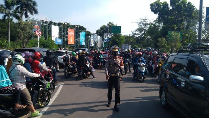 Ancol ditutup, antrean pengunjung mengular hingga ke Jl RE Martadinata